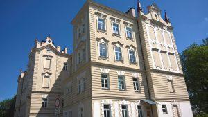 budova gymnázia a OA ML